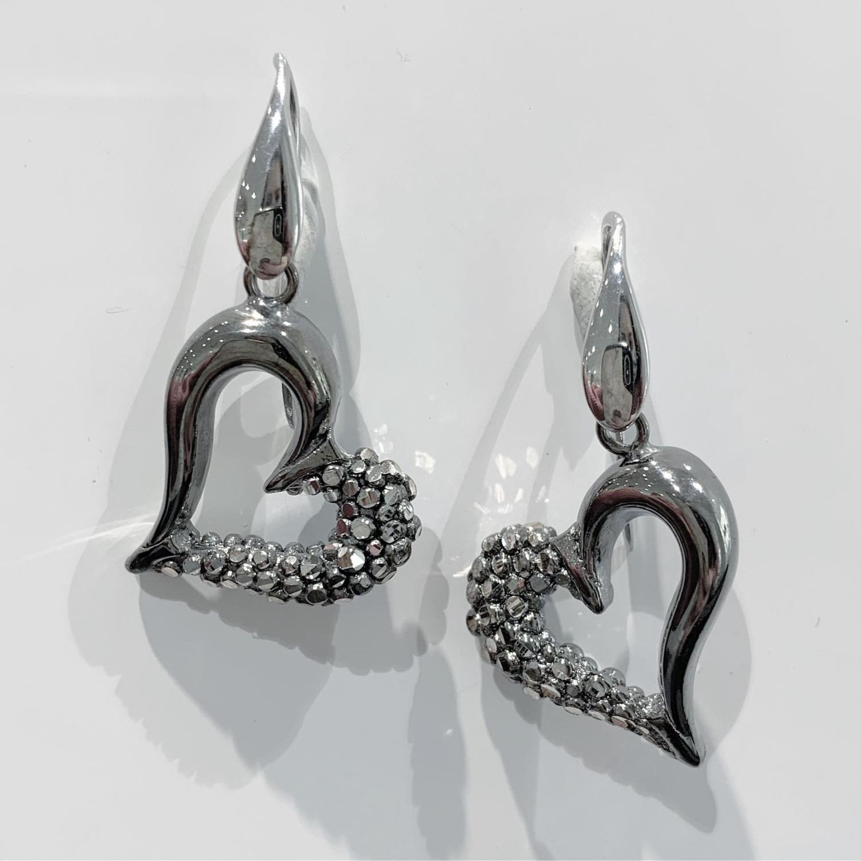 Øreheng rhut.sølv m/hjerte på krok, skjevt m/prikker