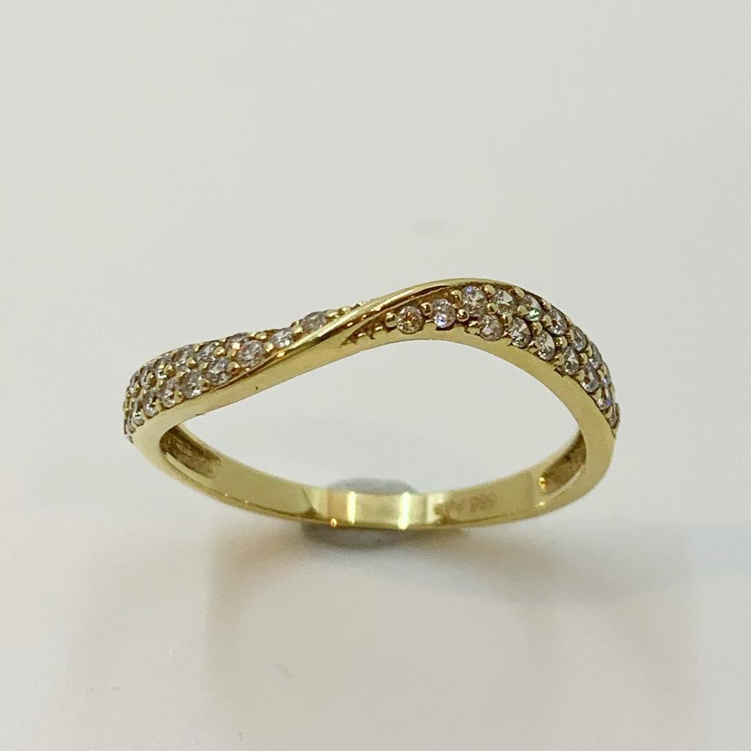 Ring gull m/c.zirconer 2r smal buet m/tvinn på midten