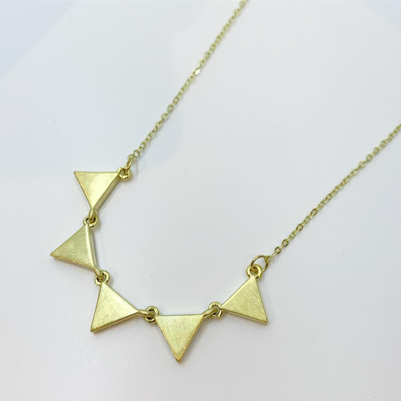 """Collier """"gull"""" 45cm m/trekanter rundt foran"""