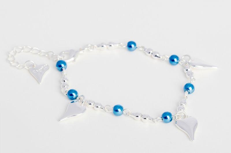 Armlenke små blå perler m/kuler mellom små blanke hjerte-charms