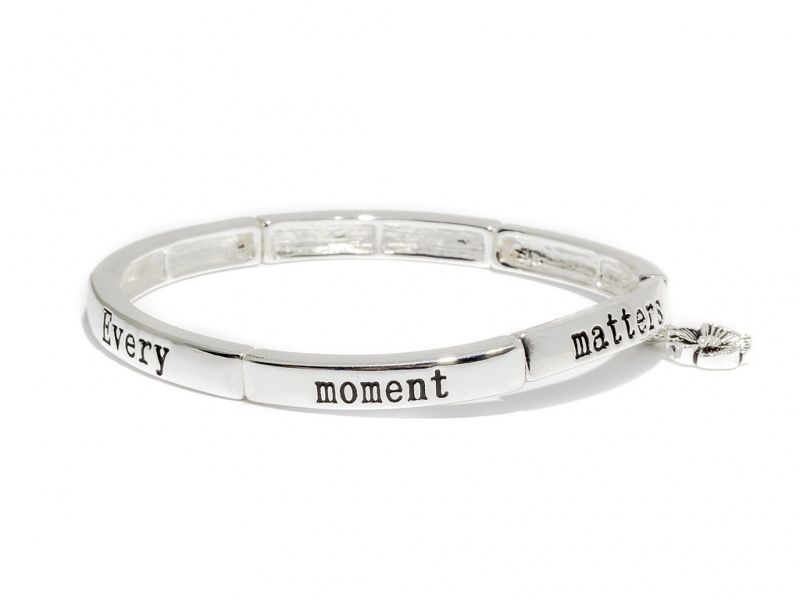 """Armbånd """"sølv""""  glatte ledd m/tekst+strikk Every moment matters"""