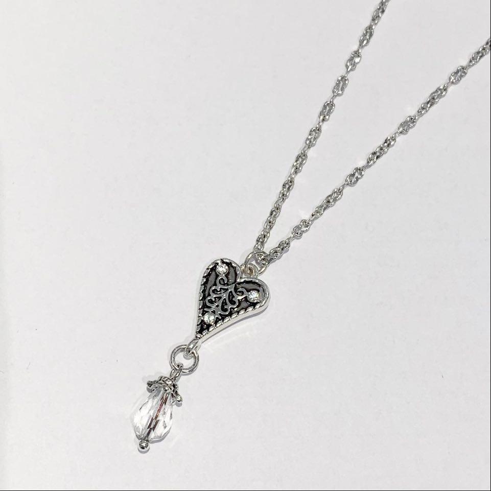 """Collier """"sølv"""" kort m/lite ox.hjerte +stenheng under"""