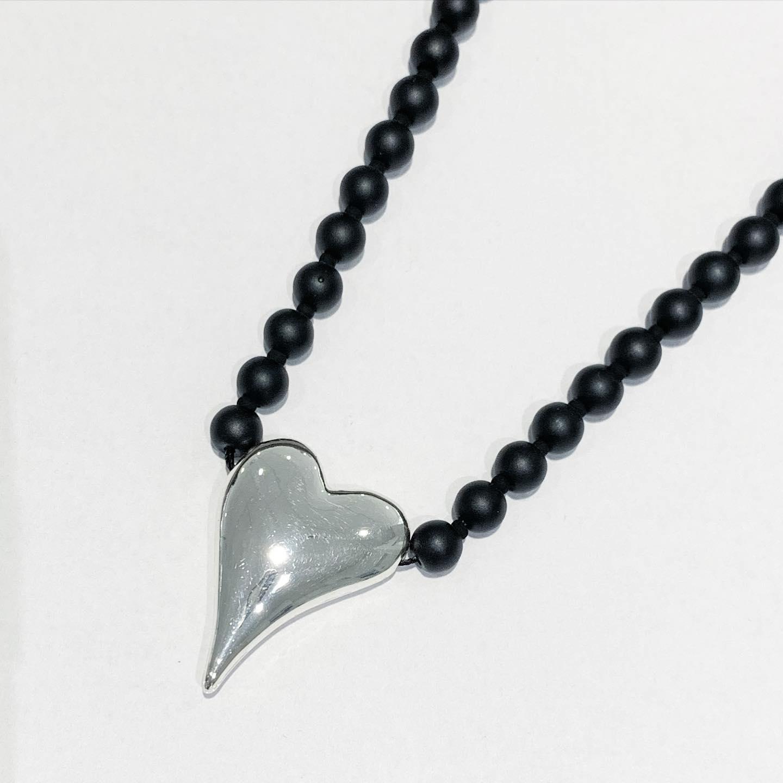 """Collier """"sølv"""" sorte små perler matte m/glatt hjerte foran"""
