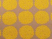 grå med gule blomster i sirkler