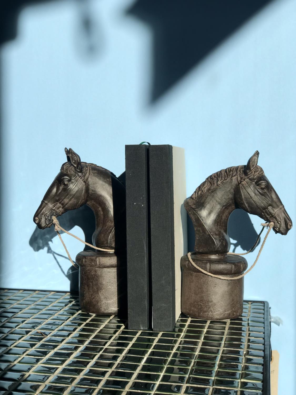 Chehoma Bokstøtte Hestehoder Tre/Gips