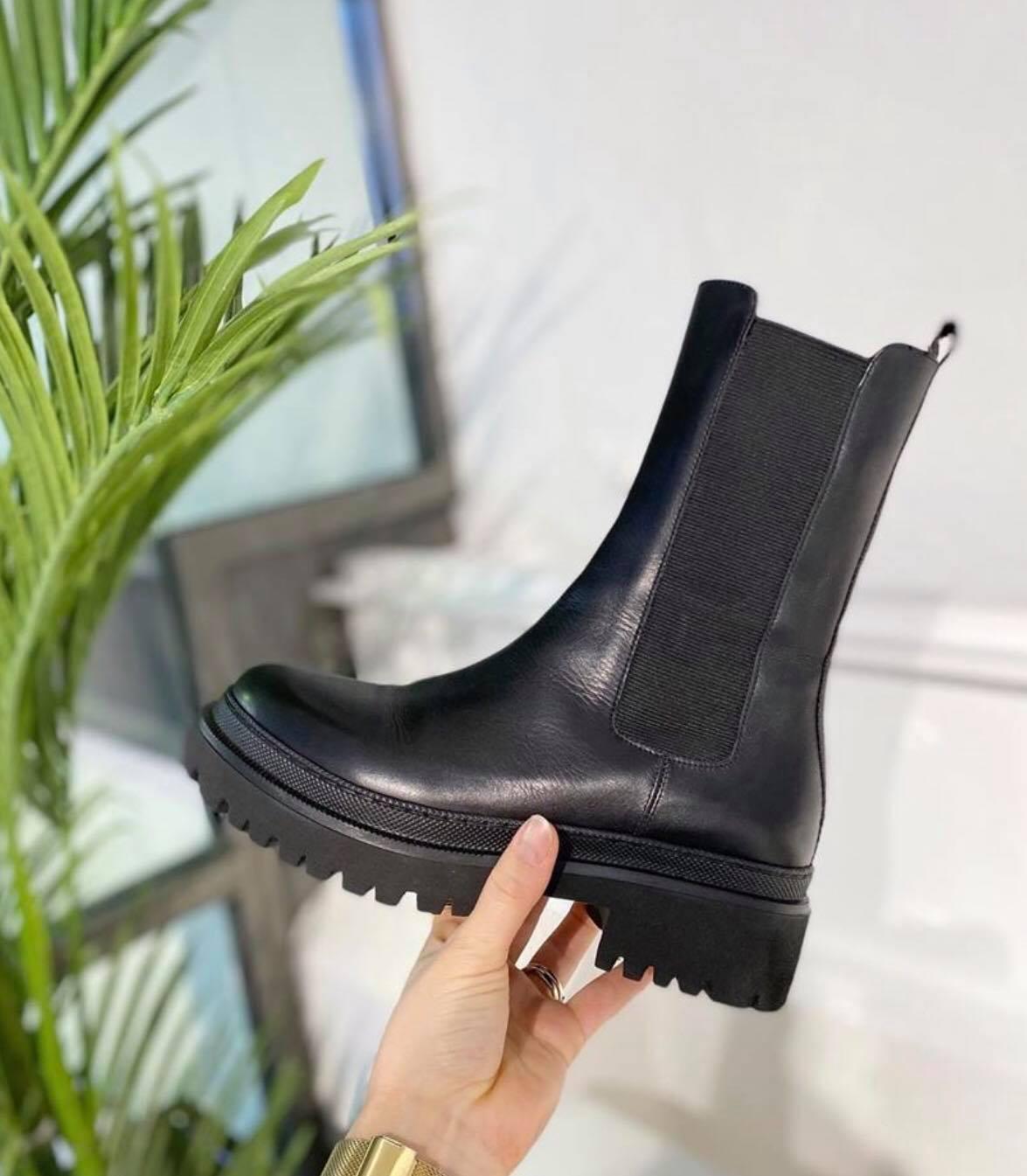Laura Bellariva, Black Boots