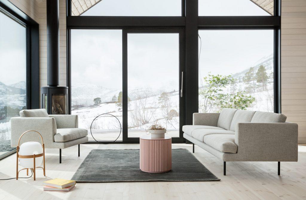 stua med to sofaer fra LK Hjelle og med store vinduer med fantastisk fjell utsikt