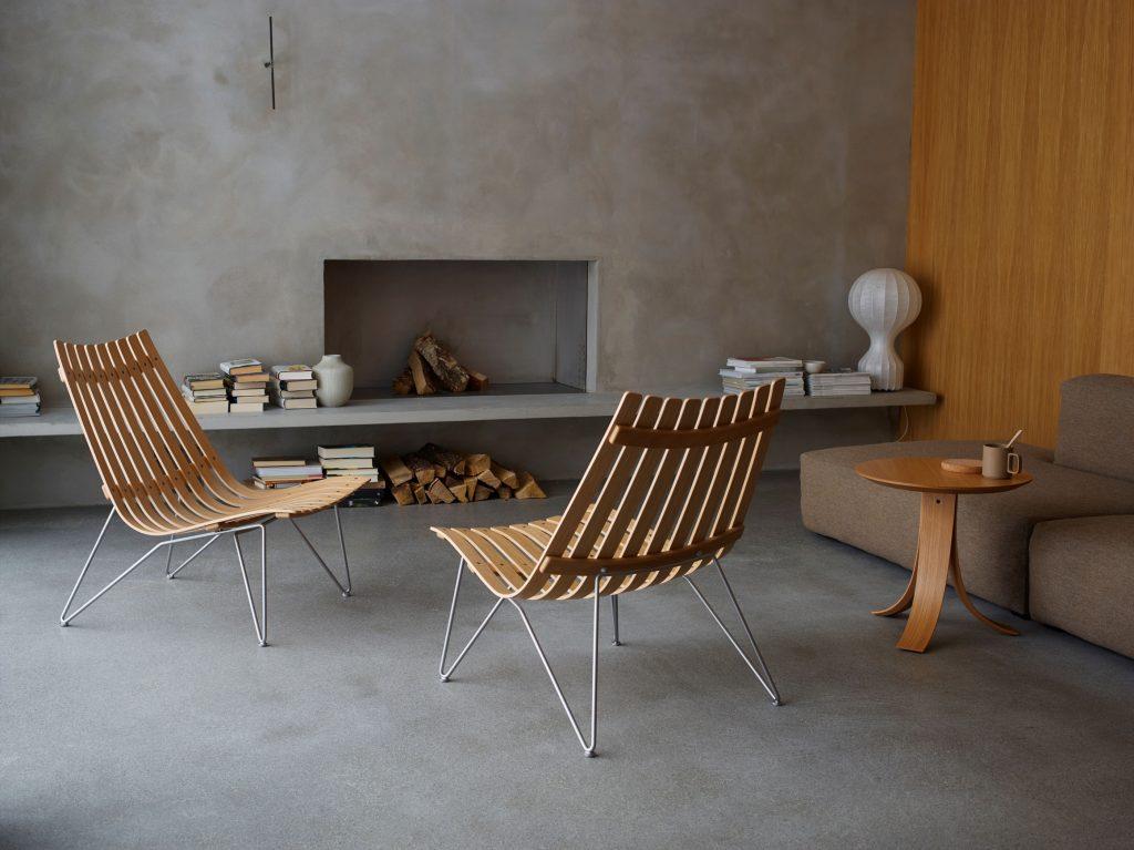 fjordfiestas fire stoler står i stua med peis