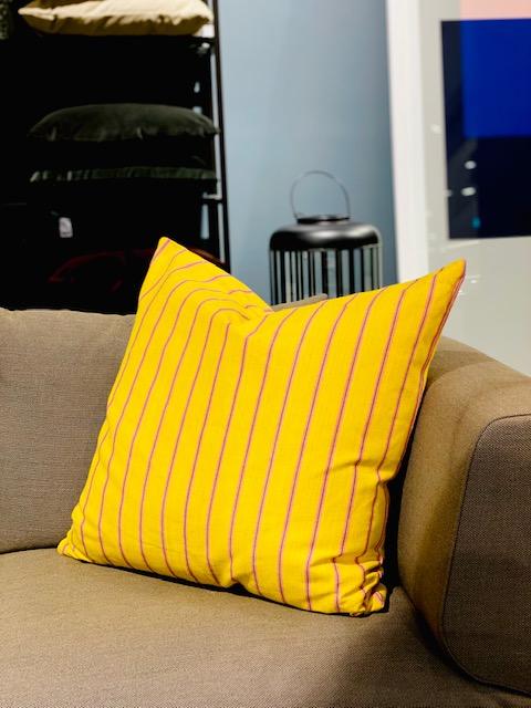 Vicens - pute 70*70, gul stripet